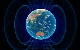 Bodźce płynące ze świata zewnętrznego wpływają na funkcjonowanie organizmu człowieka. Rezonans Schumana powoduje powstawanie drgań stanowiących istotny dla życia czynnik środowiskowy, tzw. bodziec biotropowy - oddziałujący na wszystkie żywe organizmy zamieszkujące Ziemię. Rezonans Schumanna Naturalne fale Schumanna to krótkie impulsy, które można rozłożyć na fale podstawowe i harmoniczne. Fale harmoniczne to drgania stanowiące wielokrotność drgań podstawowych. Oddziałują one, podobnie jak fale akustyczne, w sposób fizjologiczny. Można to pokazać na przykładzie muzyki. Pewien ciąg dźwięków grany na organach Silbermanna cechuje bogactwo drgań harmonicznych, które ucho odbiera jako coś pięknego. Jednak ten sam dźwięk grany na nowoczesnym instrumencie, który jest ubogi w fale harmoniczne wychwytywany jest przez ucho jako coś prymitywnego. W analogiczny sposób reaguje nasz system nerwowy na bogate w fale harmoniczne impulsy elektromagnetyczne fal Schumanna. Ujmując rzecz naukowo indukują one we włóknach nerwowych miniaturowe potencjały, które sumują się przy powtarzaniu w potencjały akcyjne. Gdy impulsy fal Schumanna posiadają odpowiednią częstotliwość seryjną lub następującą, która jest zgodna z częstotliwością impulsów sterujących systemu nerwowego, np. 7,8 Hz, wtedy aktywnie uczestniczą w pracy cybernetycznego układu regulacji ustroju. Zegar biologiczny fal Schumanna Wegetatywny system nerwowy , mimo iż jest autonomiczny, jest dostosowany do środowiska zewnętrznego i wchodzi z nim w rezonans. Aktywność, temperatura ciała, wymiana wapnia, wydzielanie hormonów i inne działania wegetatywnego systemu nerwowego podlegają 24-godzinnemu rytmowi, przy czym rozstrzygającym jest sprzężenie pomiędzy wegetatywnym układem nerwowym a systemem hormonalnym. Podobnie fale Schumanna cechują się 24-godzinnym rytmem, gdyż dolna granica jonosfery nocą wznosi się na około 20 km, by w dzień ponownie zbliżyć się do Ziemi. Na skutek tego zmieniają się też właściwości rezonansu asymetrycznego 